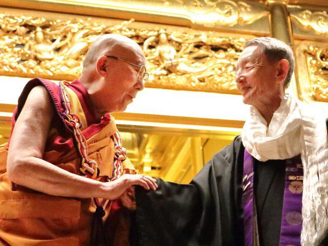 ダライ・ラマ法王と大谷暢順本願寺法主に「童観音」を献上